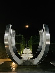 Fountain at the front of Crowne Plaza Marlow by Night